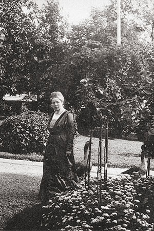 Selma Lagerlöf standing in Mårbacka