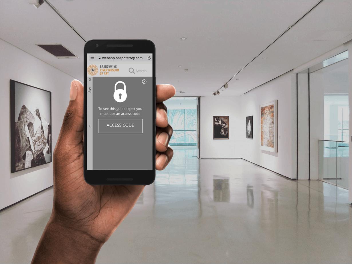 Hand håller iphone med låst webbapp