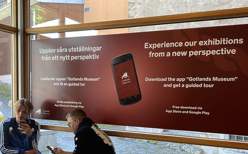Skylt som informerar om app på Gotlands museum
