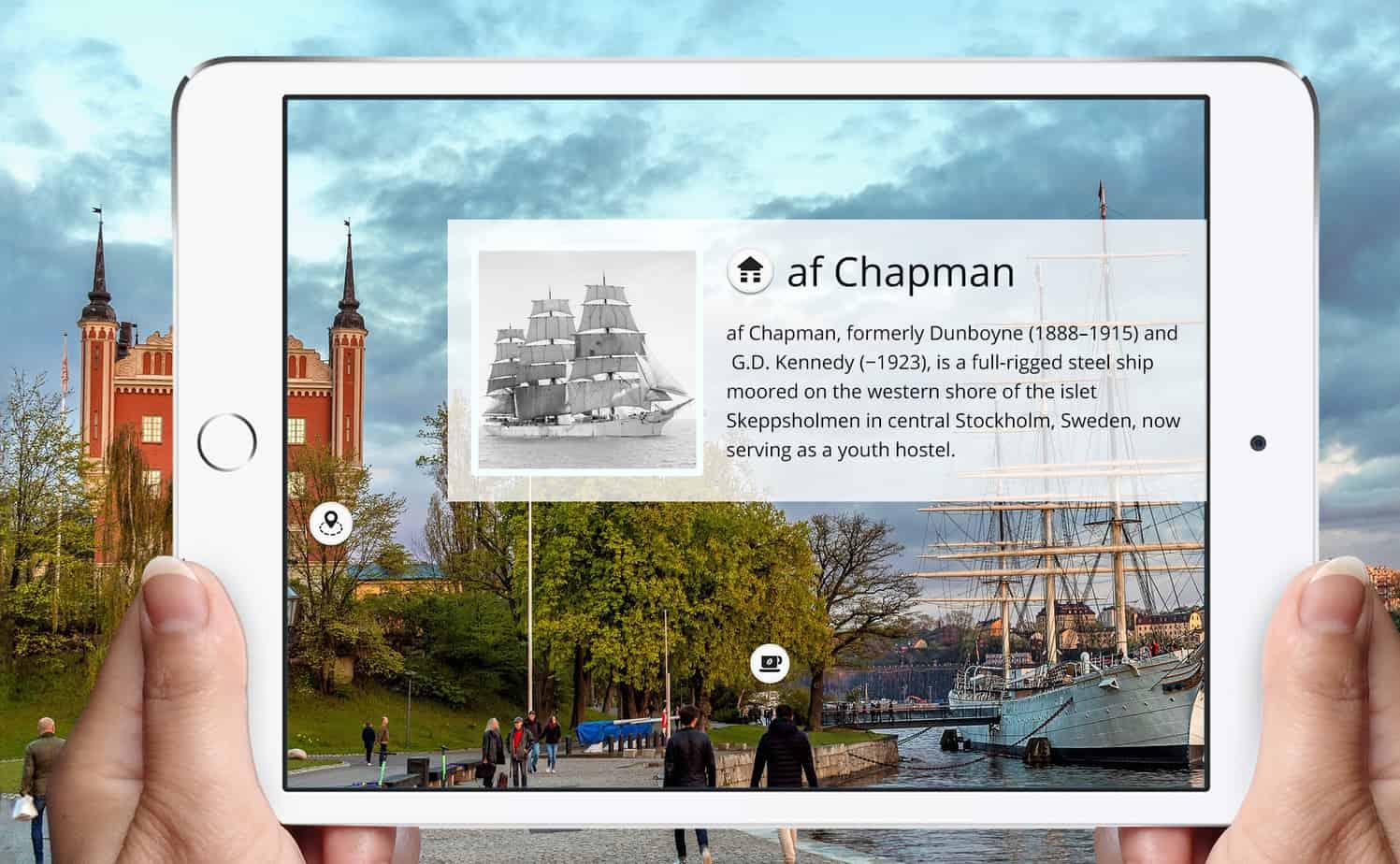 Vandrarhemsbåten af Chapman syns i fönstret på en iPad med ett digitalt lager bild och text ovanpå.
